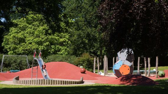Foto: Cathrinelystparken i Birkerød - dreng på legepladsen