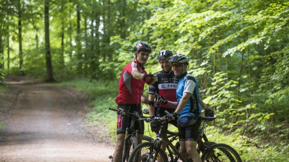 Cykelryttere ser på kort