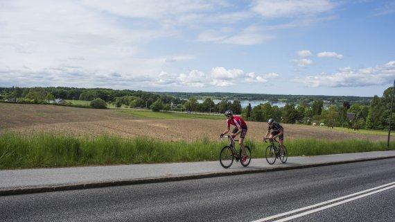 Cykelryttere op ad bakke