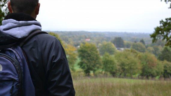 Foto: Høje Sandbjerg - person kigger på udsigt