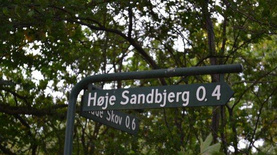 Foto: Høje Sandbjerg - skilt