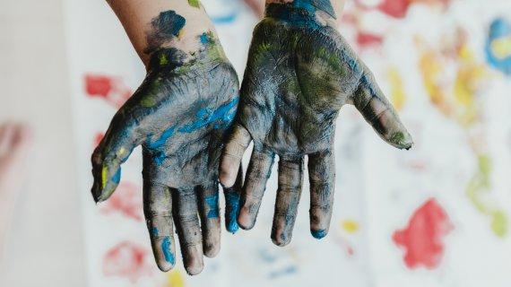 Hænder med maling på