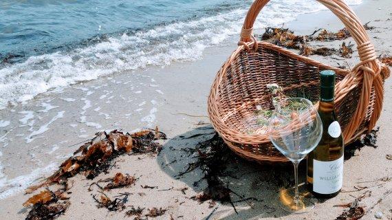 Kurv og vin på strand