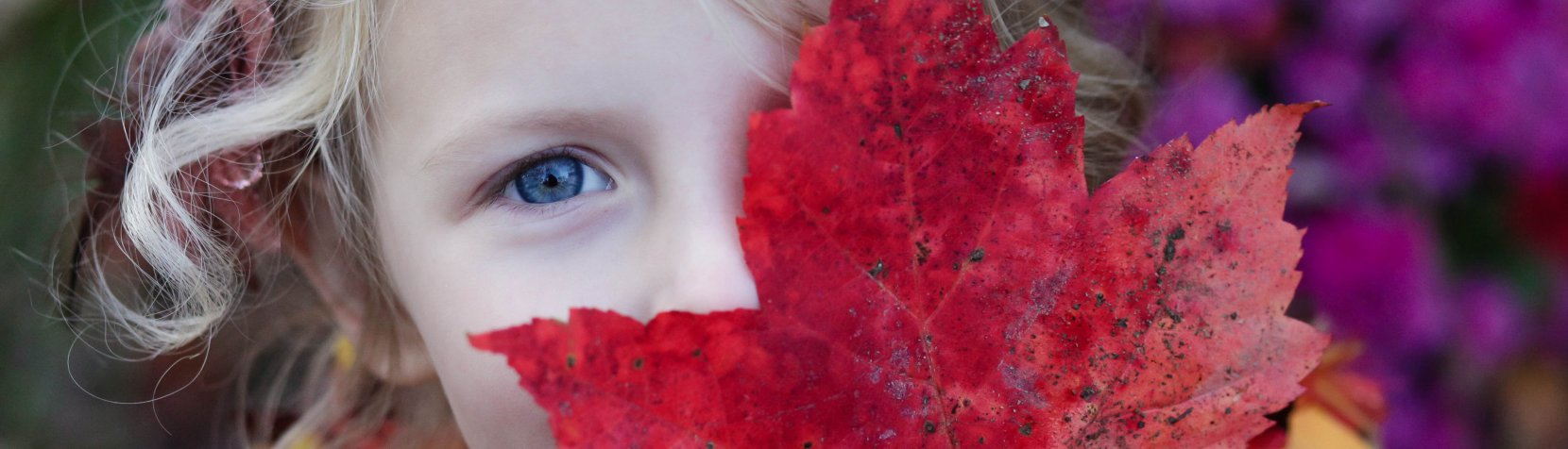 Oplev for børn - efterår - pige med blad