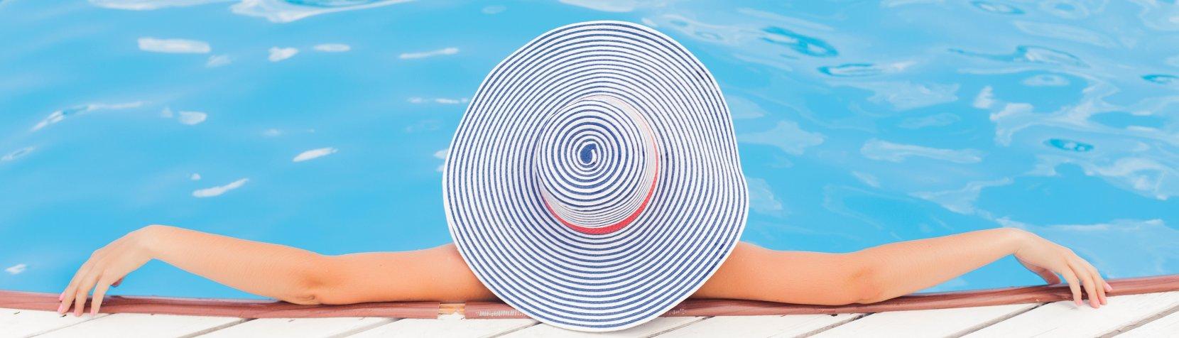 Sommer i svømmehallen - dame med hat