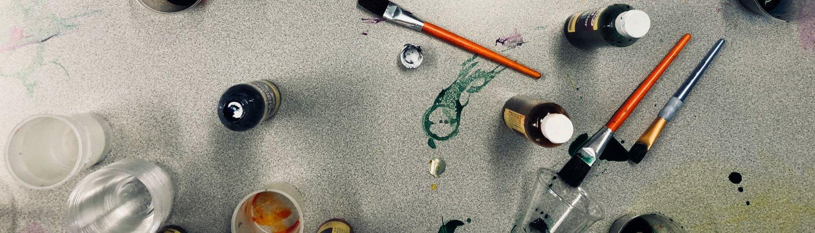 Maling og pensler på gulv