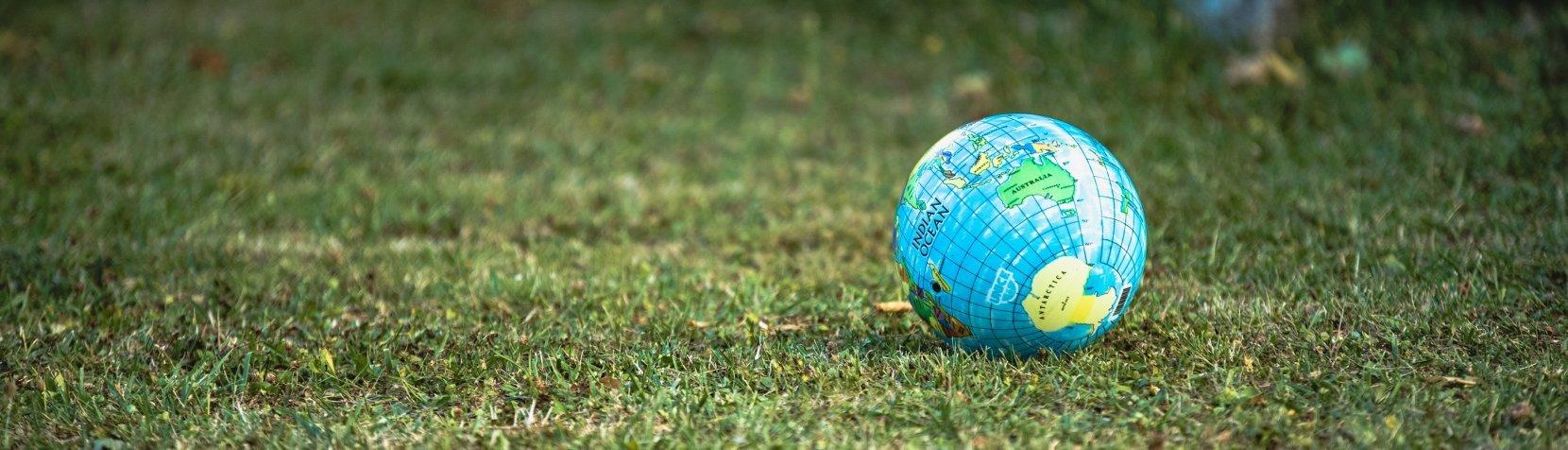 Globus på grønt græs