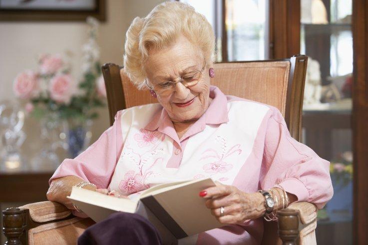 Foto: Ældre dame som læser