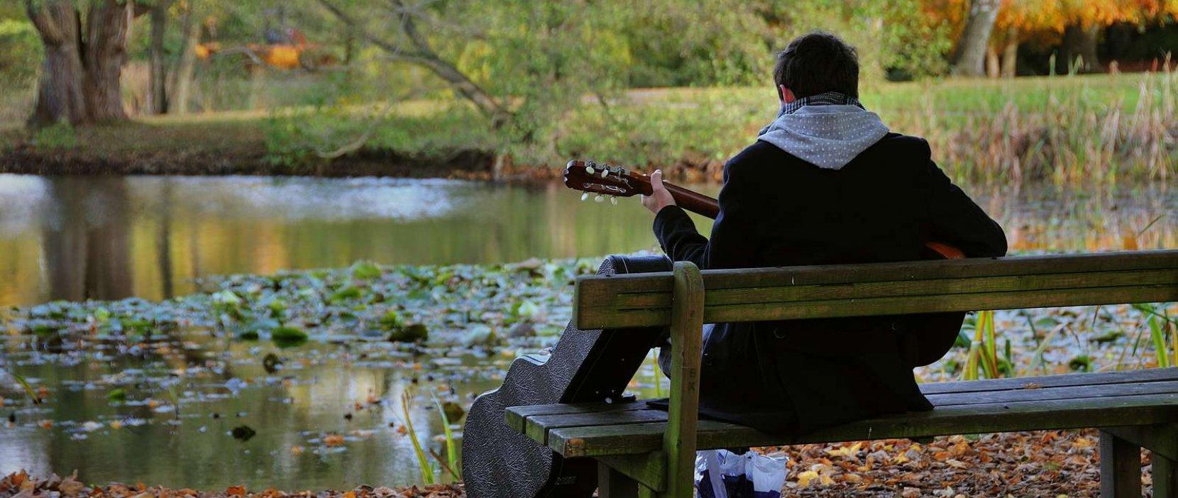 Nordvanggårdsparken, guitarspiller - foto: Jess Kimmerslev